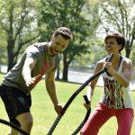 2 Personen trainieren mit Spaß an den Ropes